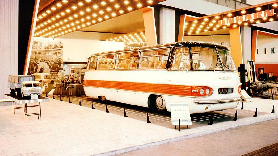 Az Ikarus 303-as volt a szuperluxus kategória megtestesítője az ötvenes évek végén, az autóbusz formatervét Finta László készítette, ami mindenképpen újszerű volt a visszafogott díszítések és a kétszínű karosszériaelemek miatt. Több, a repülős szakmából átigazolt tervező keze munkáját dicséri az 1959-es budapesti ipari vásáron bemutatott távolsági busz. Az egyik prototípus bemutatkozott az 1960-as lipcsei vásáron is, ahol feltűnést keltett az akkor még alig ismert magyar gyártó. Ez volt az első hazai légrugós jármű. A futóművek sajtolt elemekből készültek és elöl-hátul független kerékfelfüggesztése volt a busznak. A döntött biztonsági kormányoszlop és a hidraulikus szervokormány a biztonságot növelte