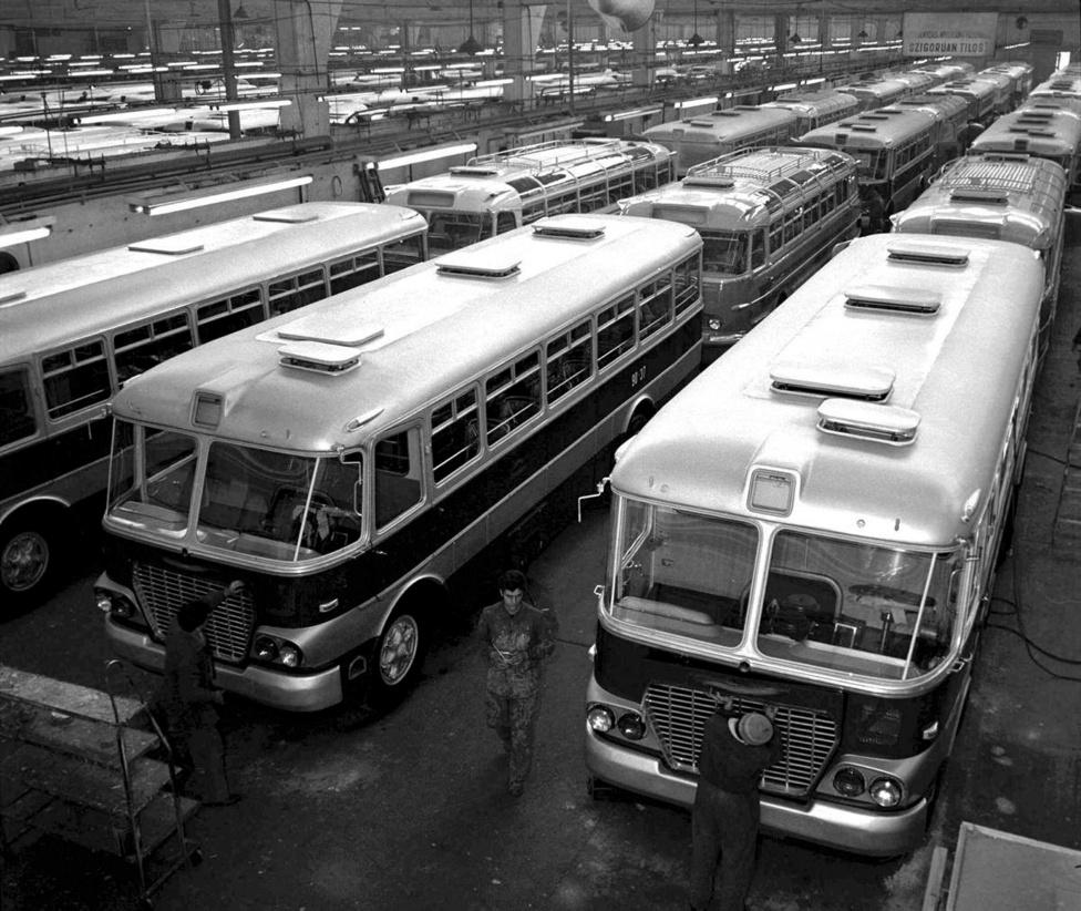 Az Ikarus 620-as 1958-ban mutatkozott be, a gyárban épp a fővárosi kocsikat szerelik készre. Budapest az alvázas típusból 900 darabot szerzett be 1958 és 1970 között. Az utolsó 620-ast a BKV 1978-ban selejtezte le