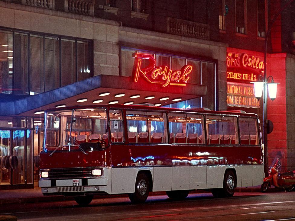 Az Ikarus 250-es prototípusa 1967-ből. A jármű kifejlesztése új fejezetet nyitott nemcsak az Ikarus életében, de hatással volt az egész világ autóbuszgyártására is. A jármű az 1969-ben Nizzában megrendezett Nemzetközi Autóbusz Héten elnyerte a Francia Karosszériagyártók ezüst serlegét