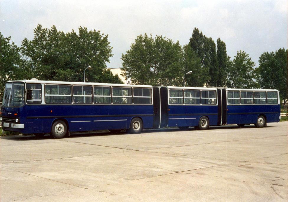 A 200-as sorozatra tette fel a koronát a dupla csuklós Ikarus 293-as 1988-ban, a mai napig ez a leghosszabb magyar gyártású jármű: 22,5 méter hosszú volt. A 229 utas szállítására alkalmas autóbuszt a BKV több hétig tesztelte, de a kocsi nem váltotta be a hozzá fűzött reményeket. Főleg az irányítása és menetdinamikája okozott problémát a sofőröknek, az utazóközönséget azonban lenyűgözte