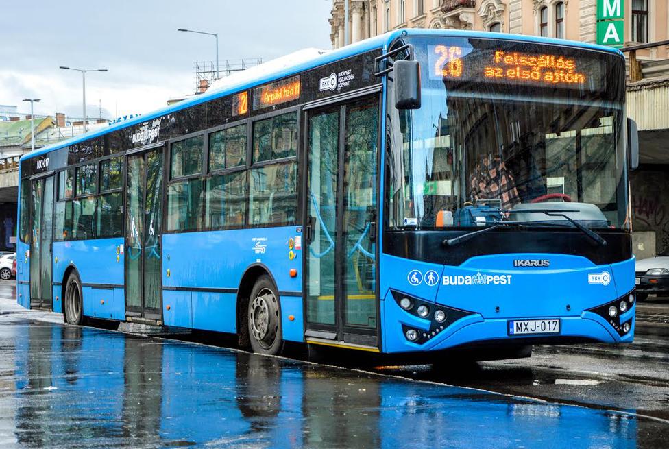 Nagy valószínűséggel a képen látható autóbusz a legutolsó Ikarus-típus. Habár a márkanév még papíron él, igen kicsi a valószínűsége annak, hogy Ikarus márkanév alatt új autóbuszokat láthassunk az utcákon (fotó: Buga Bence)