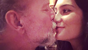 Bruce Willis felesége bandzsítással ünnepli az együtt töltött éveket