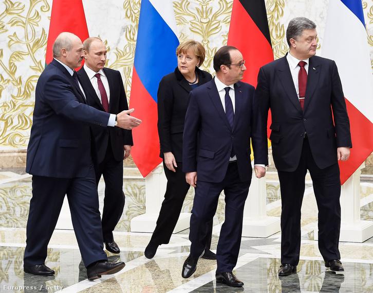 Merkel, Hollande, Putyin, Porosenko és a házigazda Lukasenko 2015. február 11-én Minszkben.