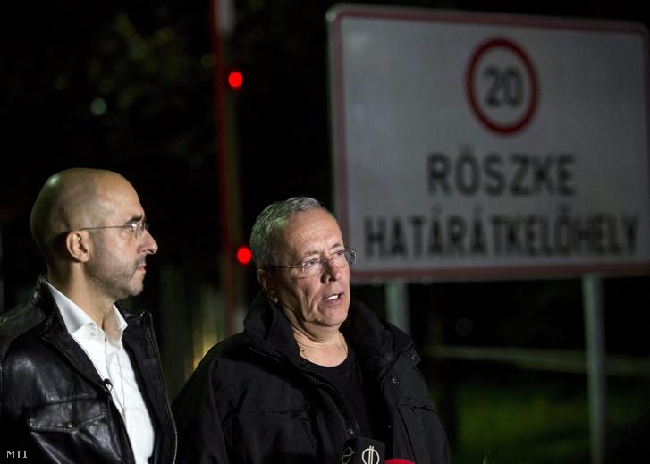Kovács Zoltán kormányszóvivő (b) és Bakondi György a miniszterelnök belbiztonsági főtanácsadója sajtótájékoztatót tart a régi Horgos-Röszke határátkelőhelyen a magyar-szerb határnál 2015. szeptember 14-én éjfél előtt.
