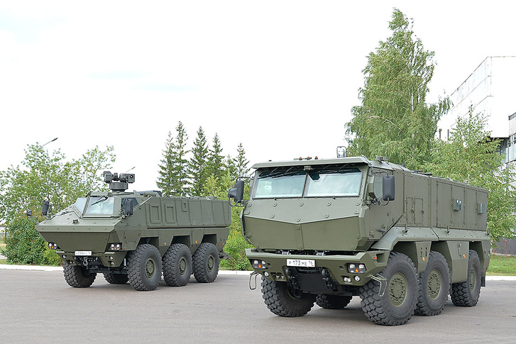 Balra az erősebb páncélzatú harcjármű, azaz a Kamaz 63969