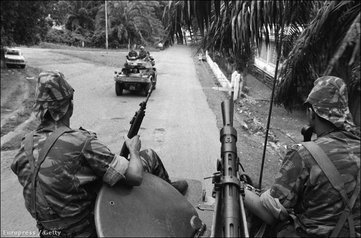 A franciák 1979-ben elégelték meg Bokassa ámokfutását és puccsot szervezve taszították le a trónról, visszaállítva Dacko hatalmát.
