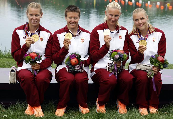 Az aranyérmes Szabó Gabriella Kozák Danuta Vad Ninetta és Kárász Anna (b-j) a bakui I. Európa Játékok női kajak négyes 500 méteres versenyének eredményhirdetése után.
