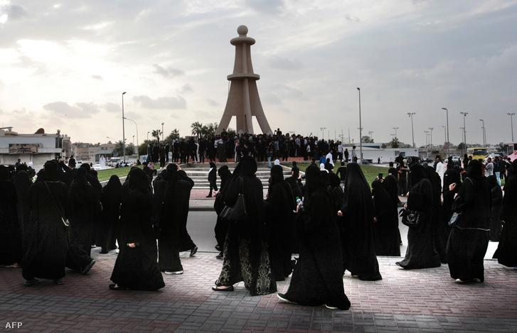 Szaúdi síita nők tüntetnek az ajatollah kivégzése ellen Qadifban.