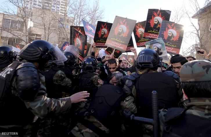 Tüntetők Szaud-Arábia teheráni nagykövetsége előtt