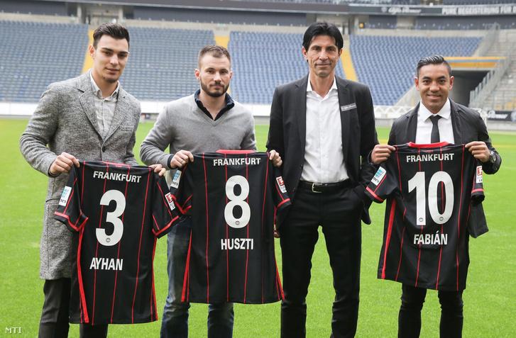 Bruno Hübner az Eintracht Frankfurt sportigazgatója bemutatja a csapat új játékosait Frankfurtban 2016. január 3-án. Balról a második Huszti Szabolcs mellette a török Kaan Ayhan jobbról a mexikói Marco Fabián.