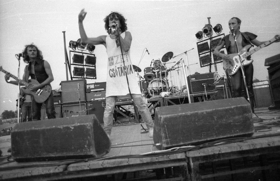 """""""A beatrice együttes előadásában a fiatalok negatív irányú befolyásolására, nihilista hangulatkeltésre alkalmas jelenségek voltak észlelhetők. A zenekar egyik tagja feliratos trikóban lépett színre, elöl: »nem! nem! nem!«, hátul: »munka helyett pihenés!« szöveggel""""                         - írta egy állambiztonsági kapcsolat a Fekete bárányok koncertről."""