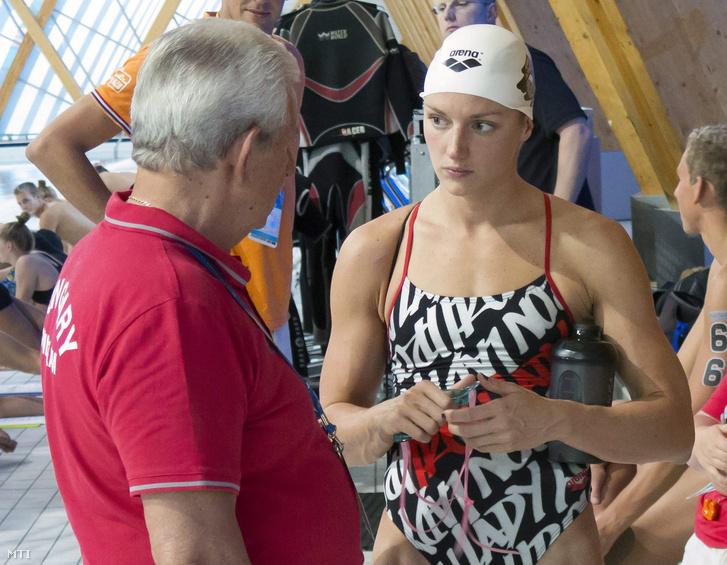 Hosszú Katinka (j) és Kiss László szövetségi kapitány (b) a magyar úszóválogatott edzésén a kazanyi vizes világbajnokságon 2015. július 30-án.