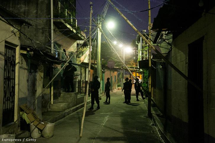 Házről házra járnak a rendőrök egy razzia keretében El Salvador egyik legkeményebb negyedében.