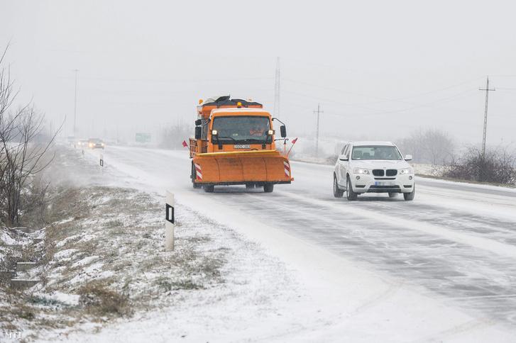 Egy hókotró halad az 58-as úton Pécs határában 2016. január 4-én.