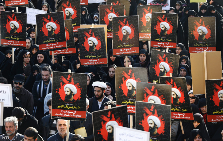 Nimr al-Nimr síita főpapot ábrázoló transzparenseket tartanak irániak egy Szaud-Arábia-ellenes teheráni tüntetésen 2016. január 4-én.