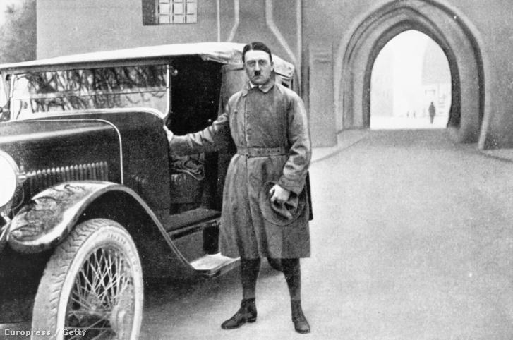 Hitler elhagyja a landsbergi fegyházat 1924 decemberében. A kép hamis, Adolf Hitler kérésére retusálták, mert olyan képet szeretett volna magáról, amin éppen elhagyja a börtönt.