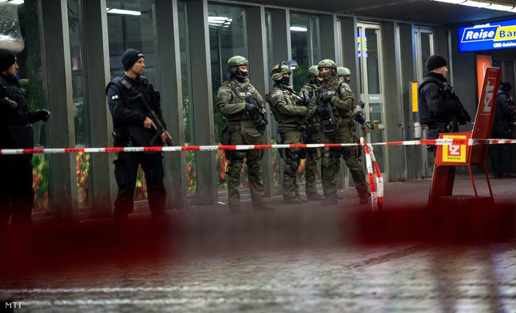 Gépfegyveres német rendőrök a központi főpályaudvaron Münchenben 2016. január elsején.
