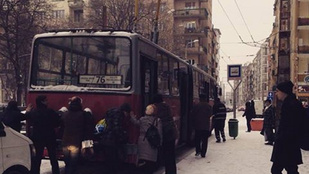 Ha elakad a hóban a troli, az utasok majd megtolják
