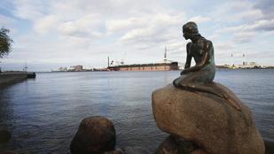 Meztelenkedés miatt blokkolta a Facebook a híres koppenhágai szobor képét
