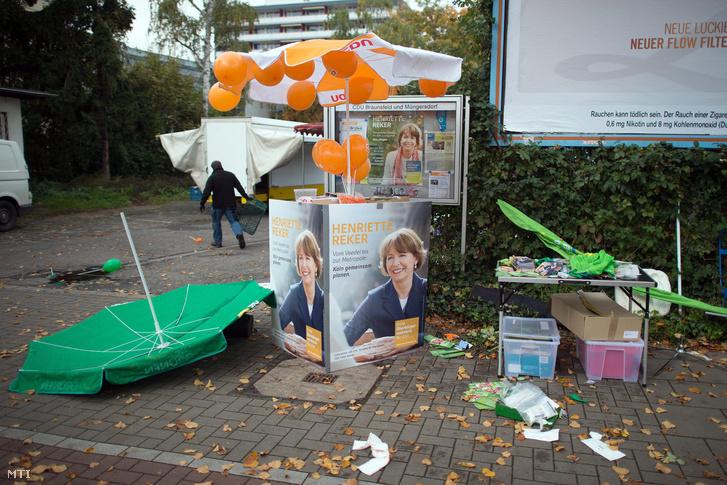 A Henriette Reker kölni polgármesterjelölt ellen elkövetett késeléses támadás helyén az áldozat választási plakátjai 2015. október 17-én egy nappal a választás előtt