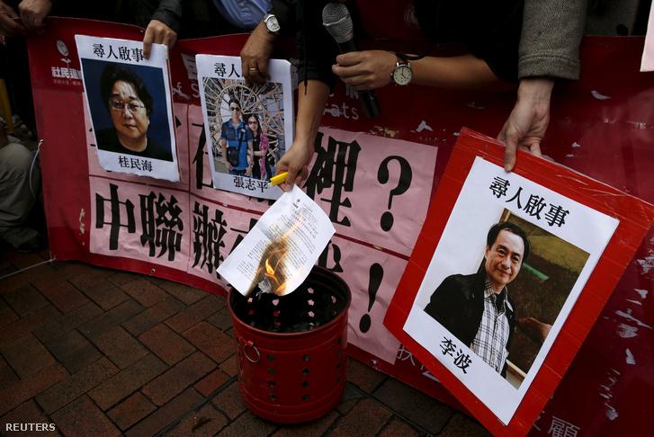 Tüntetők a kiadó munkatársainak fényképeivel január 3-án