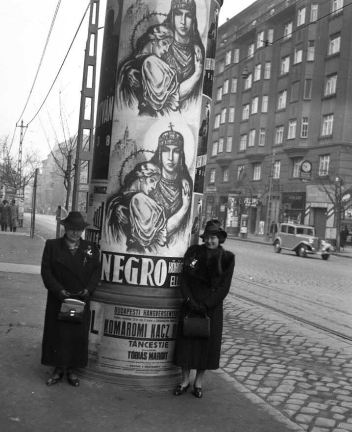 Ez a furcsa, szentkoronás, tövisglóriás, parasztblúzos Negro-reklám, az itt-ott neobarokk házakkal megpettyezett, Bauhaus stílusú Margit-körút közepén tökéletesen visszaadja a kor különös hangulatát. 1939-et írunk.
