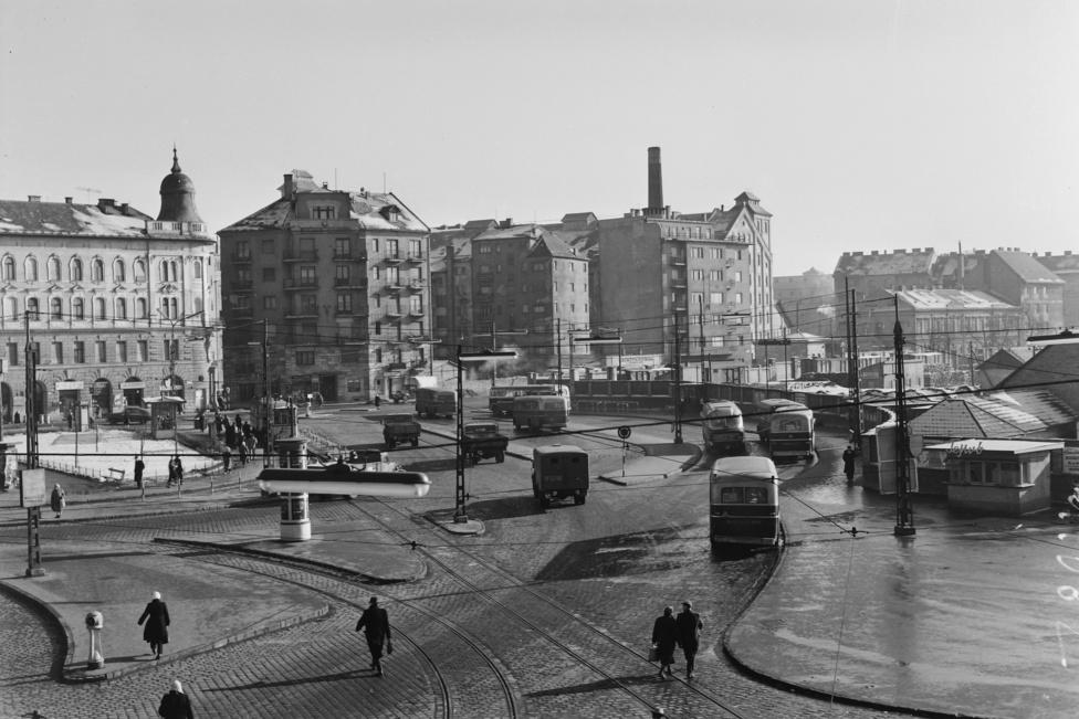 Szegény Boráros tér 1960-ban sem volt térszerűbb. A kesze-kusza körforgalom közepén árválkodó hirdetőoszlopra vajon figyelt egyáltalán valaki?