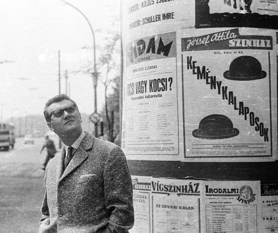 A legnépszerűbb téma 1965-ben is ugyanaz volt a pesti hirdetőoszlopokon, mint a háború előtt: színdarabok, mozik, koncertek. Olykor szellemes figyelemfelhívással, olykor részletekbe menő programismertetéssel (függetlenül attól, hogy olvasható-e a szövege).
