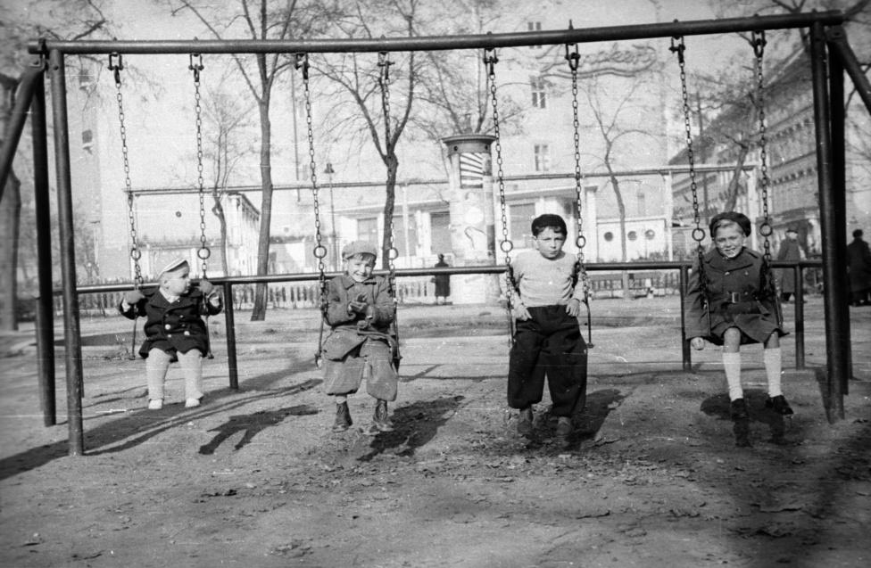 Petőfi tér, 1955. A szállodasor még sehol, de a hirdetőoszlop természetesen innen sem hiányozhat.