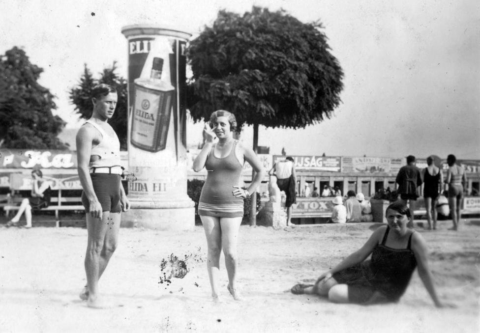 Hatalmas Elida-plakát 1933-ból a Csillaghegyi Strandon. Ez volt akkoriban az egyik legnépszerűbb magyar illatszermárka. Látszik, hogy akkor sem voltak szívbajosak a felületek hasznosításában az értékesítők, gyakorlatilag mindenütt reklámok vannak a háttérben.