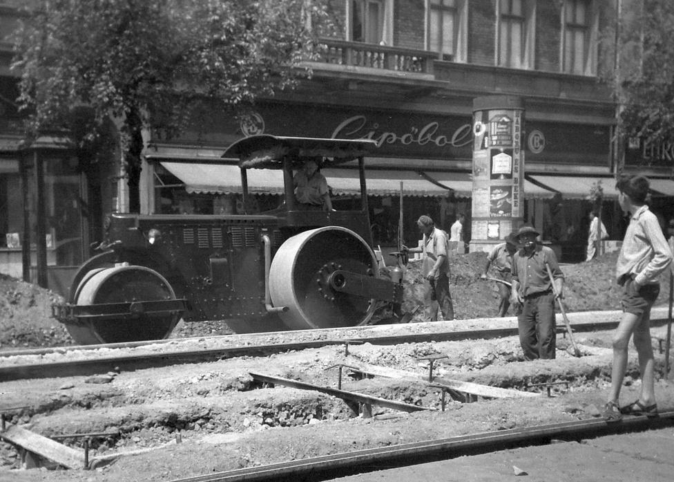 Nincs olyan generáció Budapesten, amelyiknek ne lenne ismerős téma a 4-6-os vonalának felújítása. Tökéletes pillanatkép 1961-ből, amin a melós épp rászólni készül a sínen egyensúlyozó szandálos fiúra. Mögöttük a Háború és békét hirdeti egy függőleges szalag a hirdetőoszlopon.