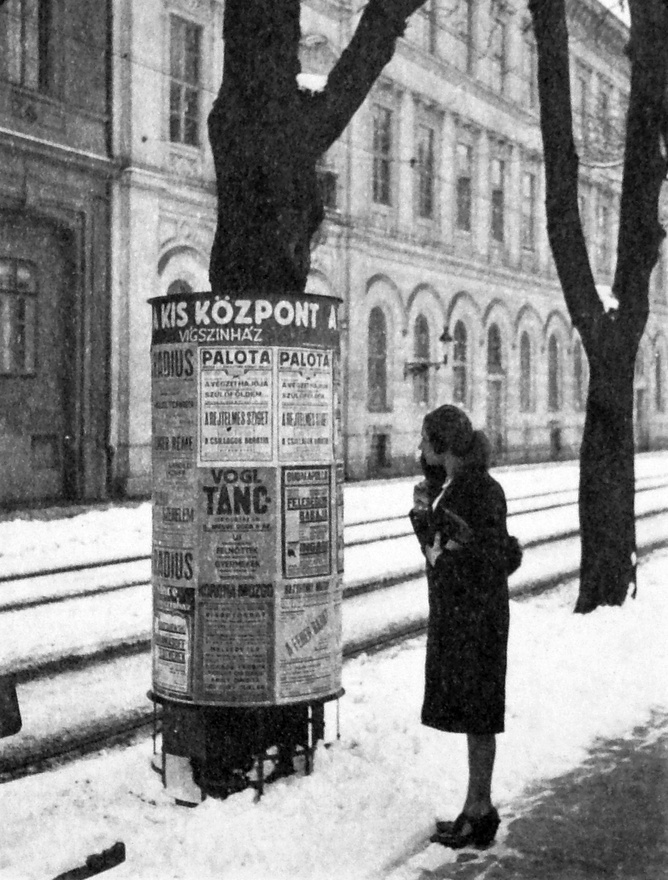 Ekkor már rég nem csak a jól megszokott, gombos tetejű modellek voltak az utcán. Egyesek tetejére óra került például, de a csatornalejáratokat is nyitható hirdetőoszlopokba rejtették. (Egy ilyenben tűnik el nyomtalanul Orson Welles a Harmadik ember című filmben.) Megjelentek a fák törzsét védő, nem túl esztétikus hirdetőoszlopok is, mint amilyet ez a nő is böngész ezen az 1936-os fotón, a mai Bem rakparton.
