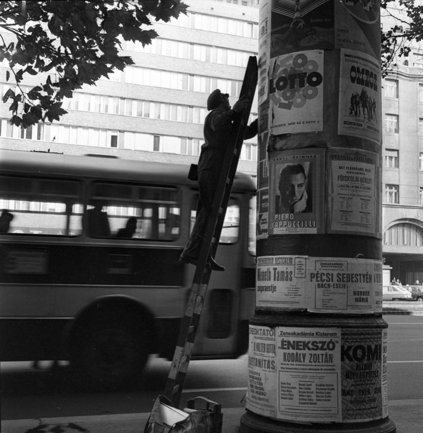 """Plakátragasztás 1972-ben a Tanács (ma Károly) körúton. Egy évvel később készül el a Keménykalap és krumpliorr című filmsorozat, melynek a legismertebb plakátragasztót köszönhetjük.""""Nincs érdekesebb mesterség, mint az enyém. Úgy is mondhatnám, hogy én vagyok az utca hírmondója. Ezt én mondom, Lópici Gáspár. Merthogy ez a nevem."""" """"És mit üzen a gyerekeknek?"""" """"Hogy ne szaggassák le a plakátokat. Mert az az utca hírmondója."""""""