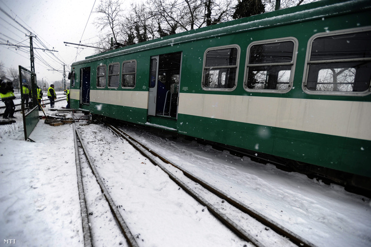A H6-os HÉV kisiklott szerelvényének visszaemelésén dolgoznak a BKK szakemberei Dunaharasztinál. A balesetnél személy sérülés nem történt.
