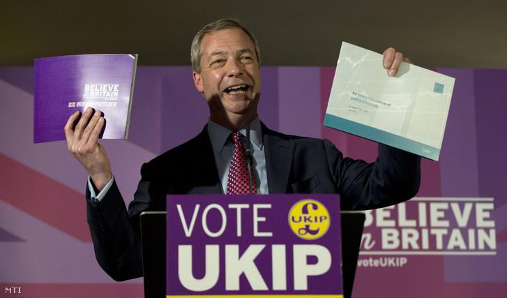 Nigel Farage az Európai Uniót ellenző legnagyobb brit párt az Egyesült Királyság Függetlenség Pártjának (UKIP) elnöke pártja választási kampányfüzetével a kezében 2015. április 15-én.