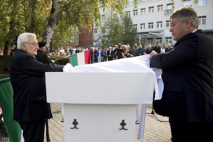 Boross Péter volt miniszterelnök és Bedros J. Róbert leleplezik az emléktáblát a fővárosi Szent Imre Egyetemi Oktatókórház és az 56-os Szövetség emléktábla-avatásán és koszorúzásán a kórház kopjafájánál 2014. október 20-án.