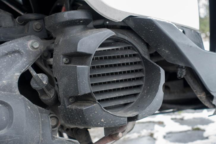 Hogy a motor még kompaktabb legyen, a hűtőradiátort a forgattyúsház végére helyezték