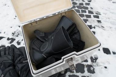 A motoros nadrágom és egy pár csizma mellett még a hátizsákom és az esti bevásárlás is belefért. Ezt nevezem tárolókapacitásnak