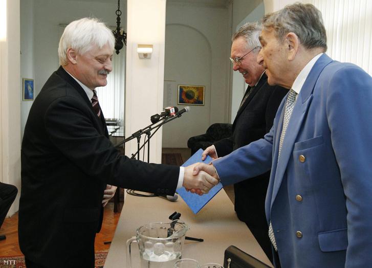 Gajdics Ottó veszi át a Mikszáth Kálmán-díjat a Magyar Írószövetség székházában 2014. május 15-én.