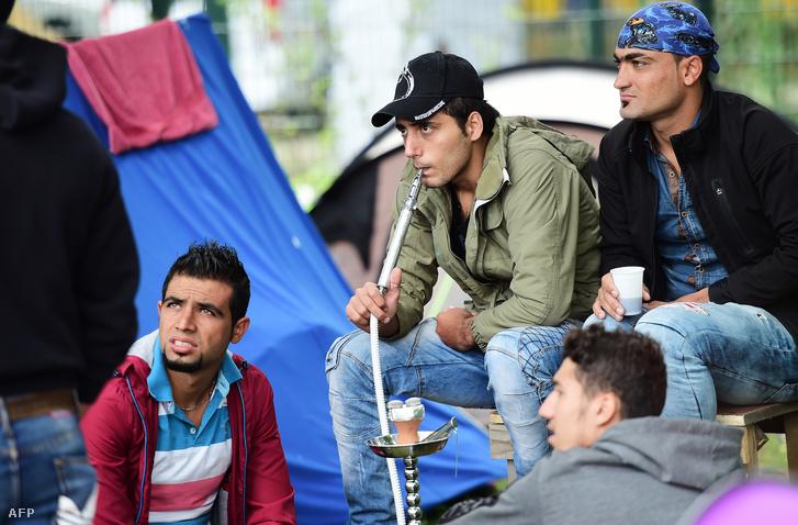 Menekültek egy brüsszeli sátortáborban 2015 szeptemberében