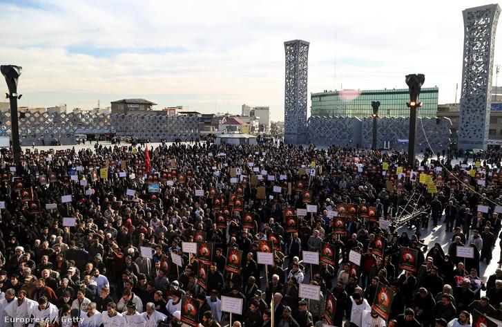 Tüntetések Teheránban Szaud-Arábia ellen miután több terrorista mellett kivégzett egy síita főpapot 2016. január elején.