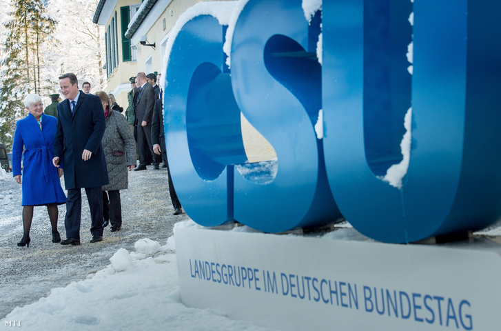 Gerda Hasselfeldt a Keresztényszociális Unió a CSU parlamenti frakciójának vezetője és David Cameron brit kormányfő a bajorországi Wildbad Kreuthban.