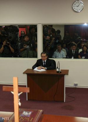 A gyilkosságokkal és emberrablásokkal vádolt Alberto Fujimori volt perui elnök ítélethirdetését hallgatja egy limai bíróságon 2009. április 7-én.