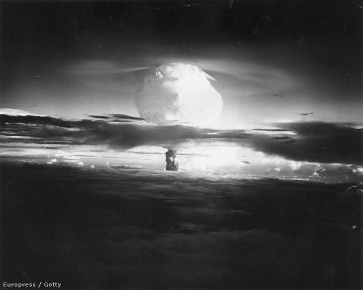 Az Egyesült Államok Atomenergiai Bizottságának csendes-óceáni kísérleti területén, a Marshall-szigeteken, 1952 őszén felrobbantott első, kísérleti hidrogénbomba gomba alakú felhője. A felvételt a detonáció színhelyétől mintegy 50 mérföld távolságból, kb. 4000 méteres magasságból készítették.