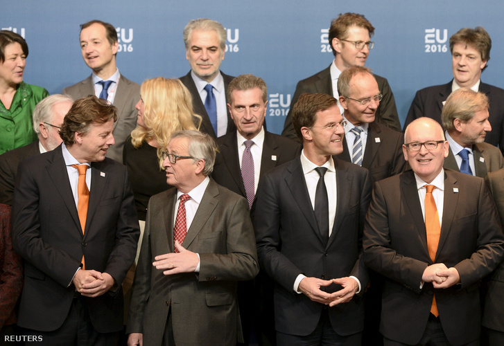 Jean-Claude Juncker és Bert Koenders holland külügyminiszter Amszterdamban, a soros elnökség átvételére szervezett találkozón, 2016. január 7-én.