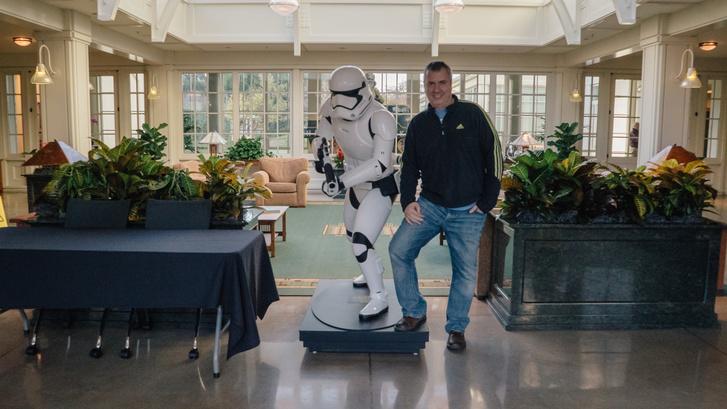 Melich Gusztáv a Lucasfilm és az ILM irodakomplexumának előcsarnokában