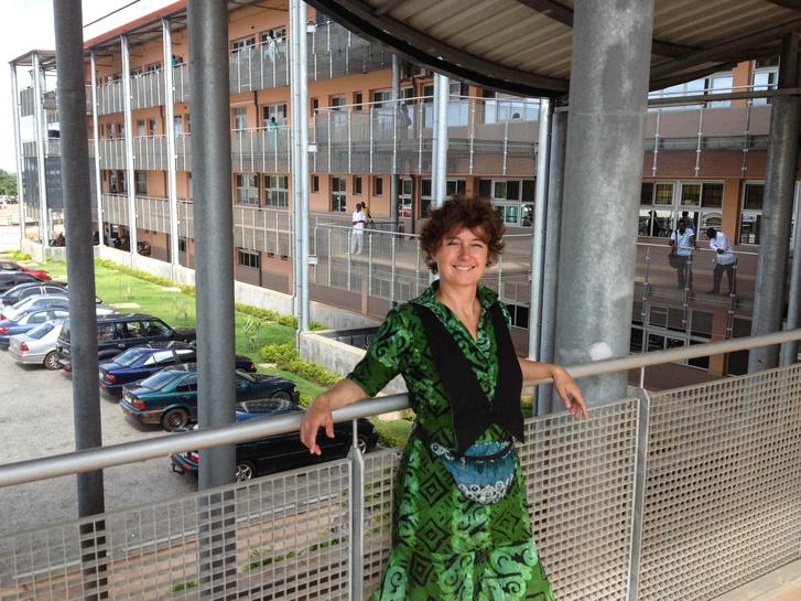 Dr. Simon Judit a Tamale Teaching Hospital egyik modern épülete előtt