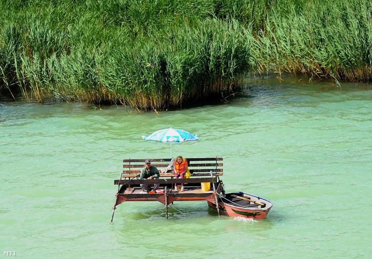 Horgászok Balatonakali közelében