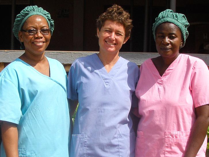 Simon Judit szemészorvos és ghánai nővér kollégái