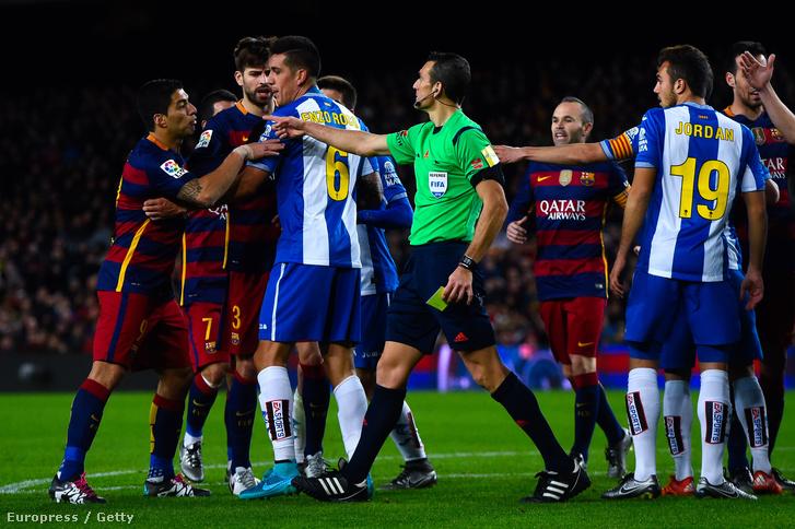 Luis Suarez az FC Barcelona játékosa veszekszik az RCD Espanyol egyik focistájáva a Camp Nou stadionban, 2016. január 6-án.